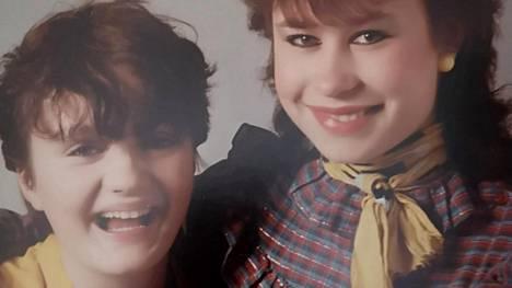 Sari Smith (vas.) ja Soile Markkanen-Huuki olivat yläasteella 1980-luvun alussa kuin paita ja peppu. Tällä viikolla he löysivät toisensa vuosikymmenien tauon jälkeen.
