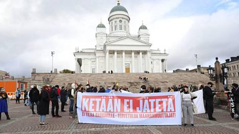 Mielenosoittajat kokoontuivat Ketään ei jätetä -marssille Helsingin Senaatintorilla lauantaina.