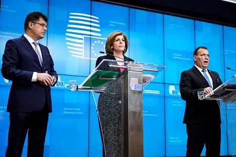 EU:n terveyskomissaari Stella Kyriakides (kesk.), kriisinhallinnan komissaari Janez Lenarcic (vas.) ja Kroatian terveysministeri Vili Beros tiedotustilaisuudessa terveysministerien tapaamisen jälkeen.