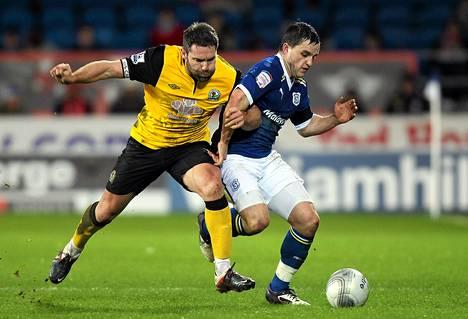 Cardiff Cityn Craig Conway (oik.) kamppaili pallosta Blacburn Roversin David Dunnin kanssa liigacupin ottelussa Cardiffissa.
