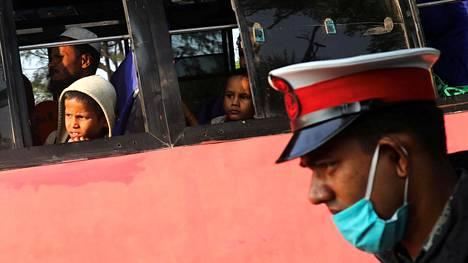 Bangladeshissa oleskelevia rohingya-pakolaisia siirrettiin busseilla eteenpäin Cox Bazaarista siirrettäviksi laivoilla Bhasan Charin saarelle perjantaina 4. joulukuuta.