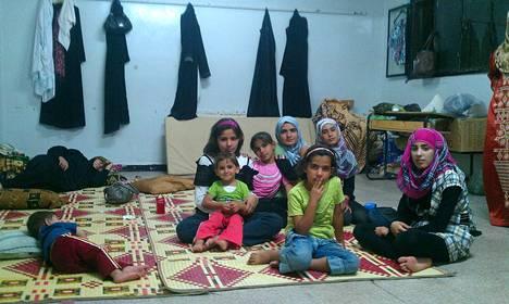 Tytöt odottivat väliaikaismajoituksessa Houlassa lähellä Homsia eilen tiistaina.