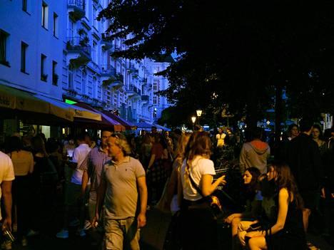 Hampurissa oli perjantai-iltana väkeä kadulla, mutta alkoholin myyntirajoituksen takia vähemmän kuin normaalisti.