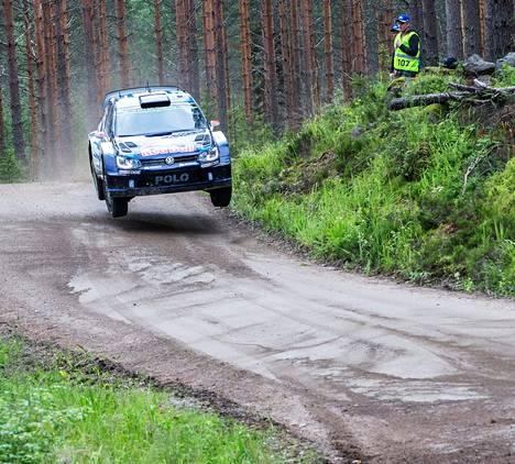 Jari-Mattila Latvala lähetti autonsa lentoon Päijälän erikoiskokeella. Hyvä vauhti toi kisassa kärkipaikan.