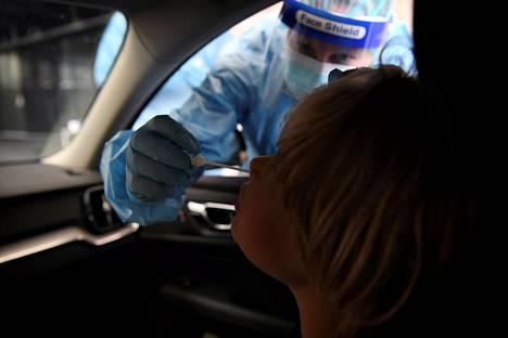 Lapsi koronavirustestissä Husin lastensairaalan testauspisteellä 23. elokuuta.