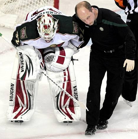 Loukkaantunut Minnesotan Wildin maalivahti Nicklas Bäckström talutettiin jäältä Montrealissa torstaina.