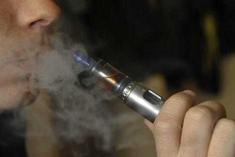 Tutkimuksessa todetaan, että sähkötupakan nikotiini on terveydelle haitallista. Kuva: Timo Jaakonaho / Lehtikuva