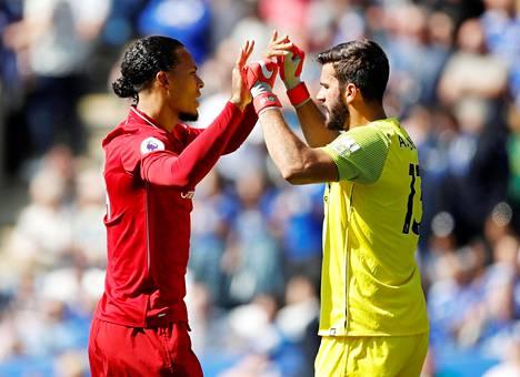 Virgil van Dijk (vas.) ja Liverpoolin brasilialainen maalivahti Alisson onnittelivat toisiaan 1. syyskuuta ottelussa Leicesteriä vastaan.