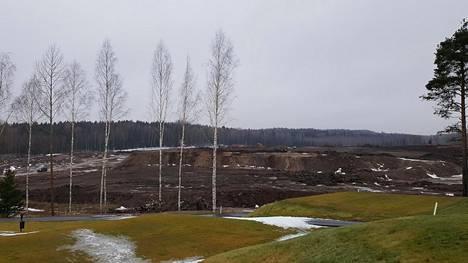 Tammikuussa Vantaan Golfpuiston väylät viheriöivät laajennusalueen läjitystä vasten.