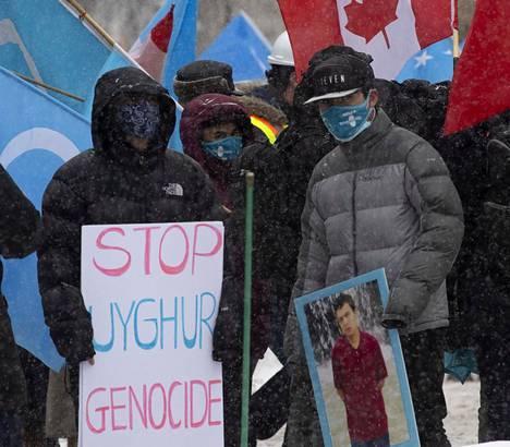 Kanadan parlamentin edustalla Ottawassa järjestettiin maanantain äänestyksen alla mielenosoitus uiguurien puolesta.