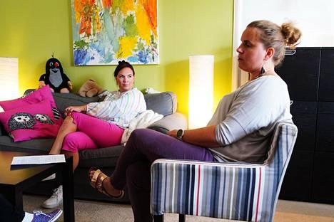 Anna Kolster-Weckström (vas.) ja Patricia Thesleff kohtaavat työskennellessään pedofiileja.