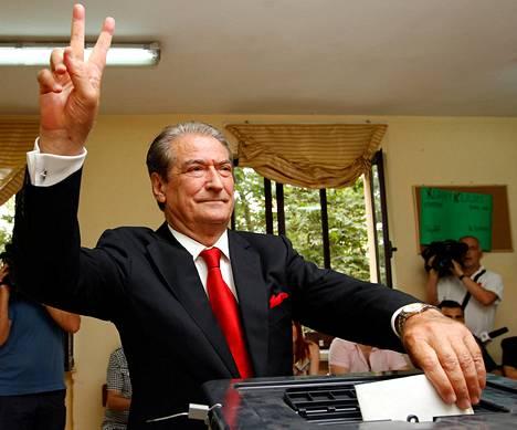 Albanian pääministeri Sali Berisha jättää äänensä tänäänTiranassa.