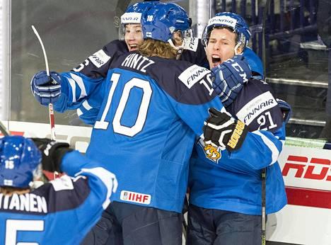 Suomi juhli Antti Kadapudaksen maalia välierässä Ruotsia vastaan. Vastuunkantajia tarvitaan myös finaalissa.