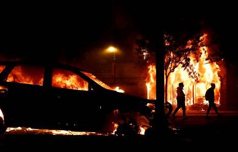 Auto paloi Minneapolisissa lauantain vastaisena yönä.