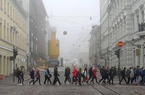 Jalankulkijoita Helsingissä 17. lokakuuta.
