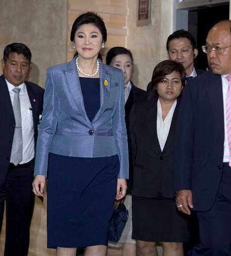 Thaimaan pääministeri Yingluck Shinawatra lähdössä oikeussalista tiistaina Bangkokissa.