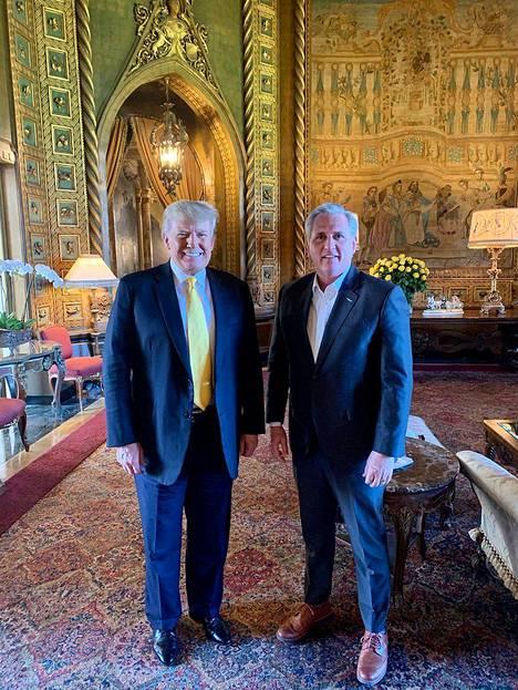 Kongressin edustajainhuoneen republikaanien johtaja Kevin McCarthy matkasi torstaina Floridaan pyytämään apua vuoden 2022 kongressivaaleihin entiseltä presidentiltä Donald Trumpilta. McCarthy haluaisi päästä edustajainhuoneen puhemieheksi.
