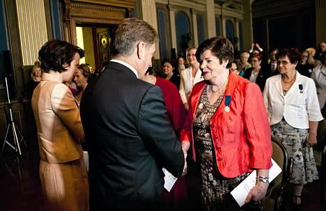 Tasavallan presidentti Sauli Niinistö kätteli Rebekka Alppirantaa valtakunnallisessa äitienpäiväjuhlassa.