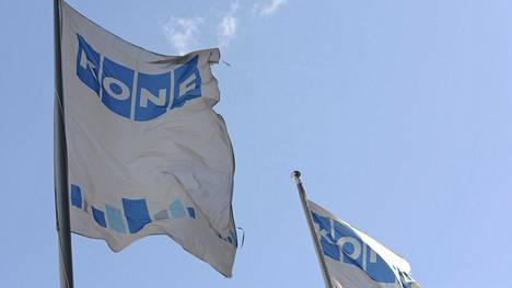 Hissejä ja liukuportaita valmistavan Kone-yhtiön liput liehuvat Espoossa.