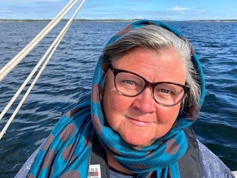 Taiteilija Marikki Hakola viettää syntymäpäiväänsä kuusiviikkoisella purjehduksella Saaristomerellä.