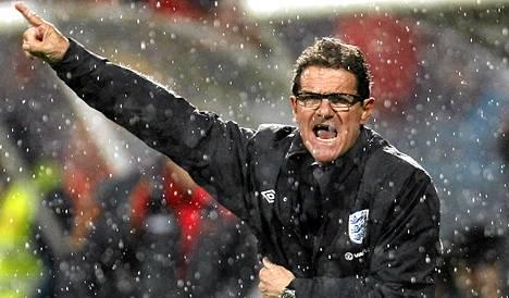 Englannin valmentaja Fabio Capello antoi ohjeita perjantain EM-karsintaottelussa Montenegroa vastaan.
