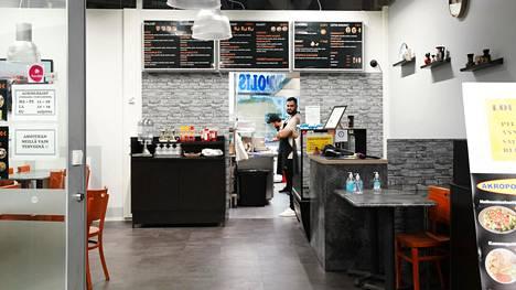 Ryan Shibani odotteli asiakkaita, kun Hasni Hamdadou kokkasi keittiössä.