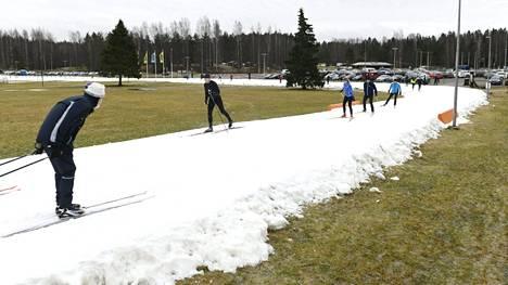 Hiihtäjiä Oittaan ulkoilualueen keinolumiladulla Espoossa lauantaina 15. helmikuuta 2020. Viime talvi oli poikkeuksellisen lämmin ja vähäluminen.