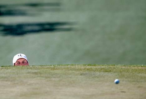 Jordan Spieth kurkki lauantaina syvästä hiekkaesteestä, miten pallon nostaminen viheriölle onnistui.