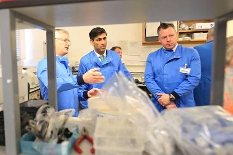 Britannian valtiovarainministeri Rishi Sunak vieraili torstaina Leedsissä tutustumassa koronavirustestien tutkimuslaboratorioon.