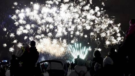 Perheet katselivat Kansalaistorilla Helsingissä ilotulitusta uudenvuodenaattona joulukuussa 2017.