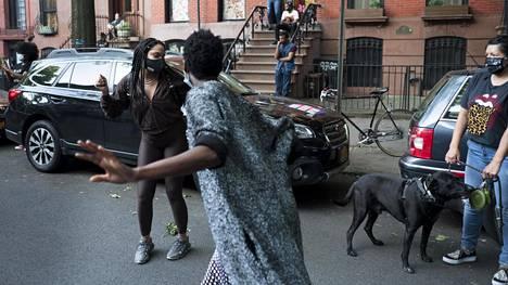New Yorkissa taputetaan ja pidetään ääntä iltaseitsemältä terveydenhoitohenkilöstön kunniaksi. Maanantaina taputukset äityivät Brooklynissa tanssiksi.