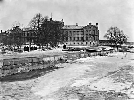Kasarmi Pohjoisrannasta kuvattuna vuonna 1907. Rannassa ei vielä ollut nykyistä leveää katua.