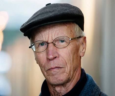 """<span class=""""nimi"""">Raimo Aarrevalta<br /></span><span class=""""laiha"""">Helsinki, 78 vuotta<br /></span>""""Parasta on luonto ja se, että on pysynyt terveenä. Vanhusten hoidossa monet ovat surkeassa asemassa, huono arvostus näkyy palveluissa. Toivon, ettei dementia iske ja että pääsisin pystystä kaatumaan. Ruoka saisi olla halvempaa."""""""