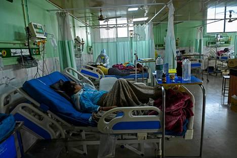 Koronaviruspotilaita teho-osastolla Teerthanker Mahaveerin yliopiston sairaalassa Moradabadin kaupungissa Uttar Pradeshin osavaltiossa Intiassa viime keskiviikkona.