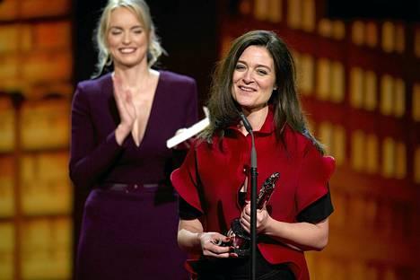 Lars von Trierin vaimo Bente Froge otti vastaan miehensä palkinnon  parhaasta eurooppalaisesta elokuvasta Berliinissä lauantaina.