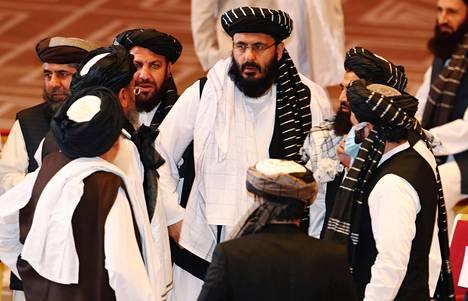 Talebanin neuvotteluryhmän edustajat keskustelivat tauolla neuvotteluista Afganistanin hallinnon kanssa Dohassa syyskuussa.
