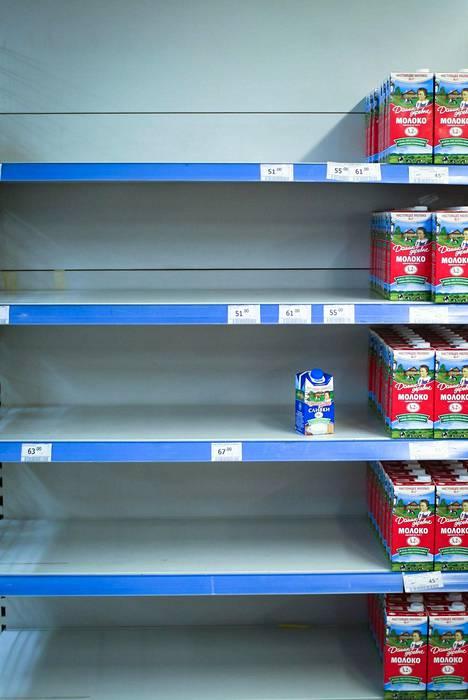 Venäjän vastapakotteet tyhjensivät ruokakaupan hyllyt elokuussa 2014 Pietarissa.