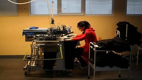 Bulgarian minimipalkkataso on Euroopan unionin alhaisin. Vaatetehtaan työntekijä kuvattiin Bulgarian Roussessa tammikuussa vuonna 2018.