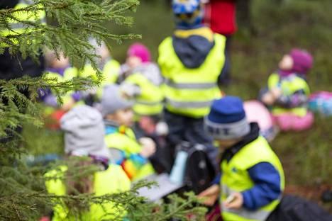 Kuninkaantammen päiväkodin lapset olivat metsäretkellä Helsingissä 11. helmikuuta. Vuonna 2019 päiväkoti-ikäisten lasten määrä väheni.