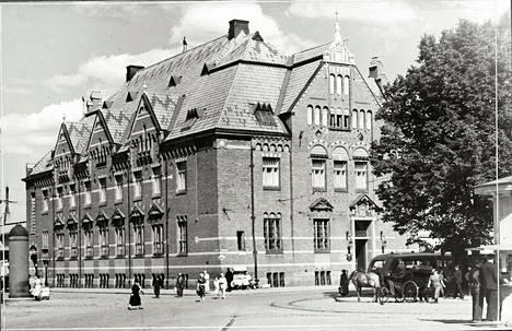 Suomen Pankin Viipurin konttorissa (1910) on tyylillisiä vaikutteita hansakaupunkien arkkitehtuurista.