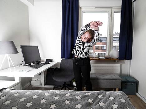 """Jyväskylän yliopistossa yhteiskuntapolitiikkaa opiskeleva Anniina Vähäkoski työllistyi koronakeväänä hakemuskäsittelijäksi Yleiselle työttömyyskassalle YTK:lle. Taukojumppa kuuluu hänen työsuhde-etuihinsa. """"Taukojumppa on 8 tuntia tietokoneella työtä tekevälle tarpeen pari kertaa päivässä"""", hän puhisee."""