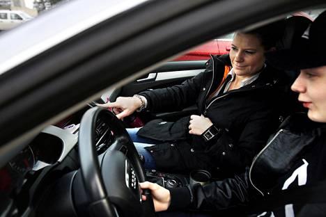 Suomen laissa 18-vuotias katsotaan aikuiseksi. Siinä iässä saa esimerkiksi ajaa autoa.