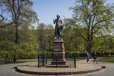 Filososofi Immanuel Kantin patsas sijaitsee Kaliningradin keskustassa yliopiston edessä.
