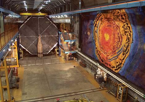 Minos-ilmaisimen vieressä on minnesotalaisen taiteilijan Joseph Giannettin kalliomaalaus. 725 kilometrin matka Fermilabista ilmaisimeen vie neutriinoilta alle kolme millisekuntia.