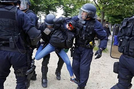 Poliisi ja mielenosoittajat ottivat yhteen Pariisissa tiistaina.