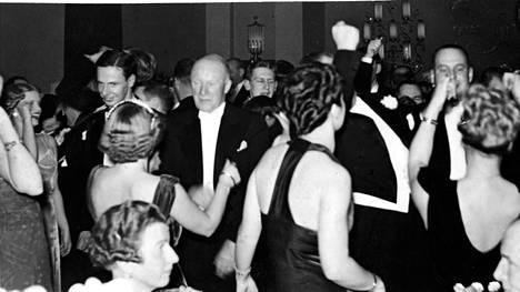 Vielä vuonna 1938 suomalaiset saivat tanssia ja iloita vapautuneesti. Crysanthemum-juhla Adlonissa marraskuussa 1938.