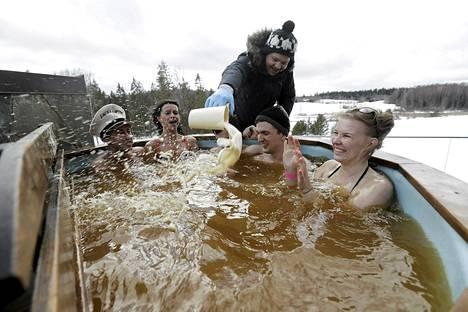 Mies täydensi olutkylpyä Otepään saunamaratonissa Virossa sunnuntaina. Noin tuhat osallistujaa keränneessä tapahtumassa oli määrä käydä kuuden tunnin aikana mahdollisimman monessa saunassa.
