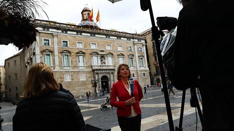 Televisiotoimittaja raportoi Katalonian parlamenttirakennuksen edessä torstaina aikarajan umpeutuessa kello 11 Suomen aikaa.