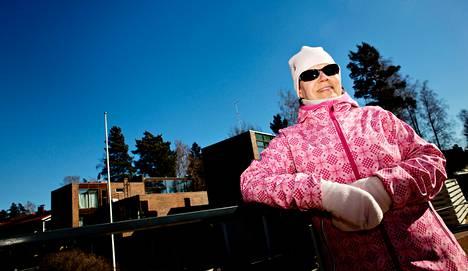 """Espoon Tiistilässä asuva Marjukka Turpeinen lenkkeilee Nuottaniemen arvoalueella. """"Ranta oli 20<span class=""""nbsp"""">&nbsp;</span>vuotta sitten vielä metsää. Nyt upeat talot näyttävät ihanilta, vaikkei niihin itsellä ole varaa."""""""