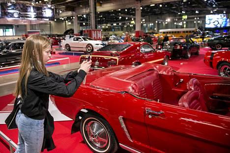 """Iines Makkonen otti kuvia Pertti """"Spede"""" Pasasen 1960-luvulla Suomeen tuomasta Ford Mustangista American Car Showssa Helsingin Messukeskuksessa perjantaina."""